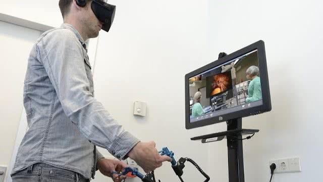 Leren opereren met een VR-bril in het Catharina Ziekenhuis