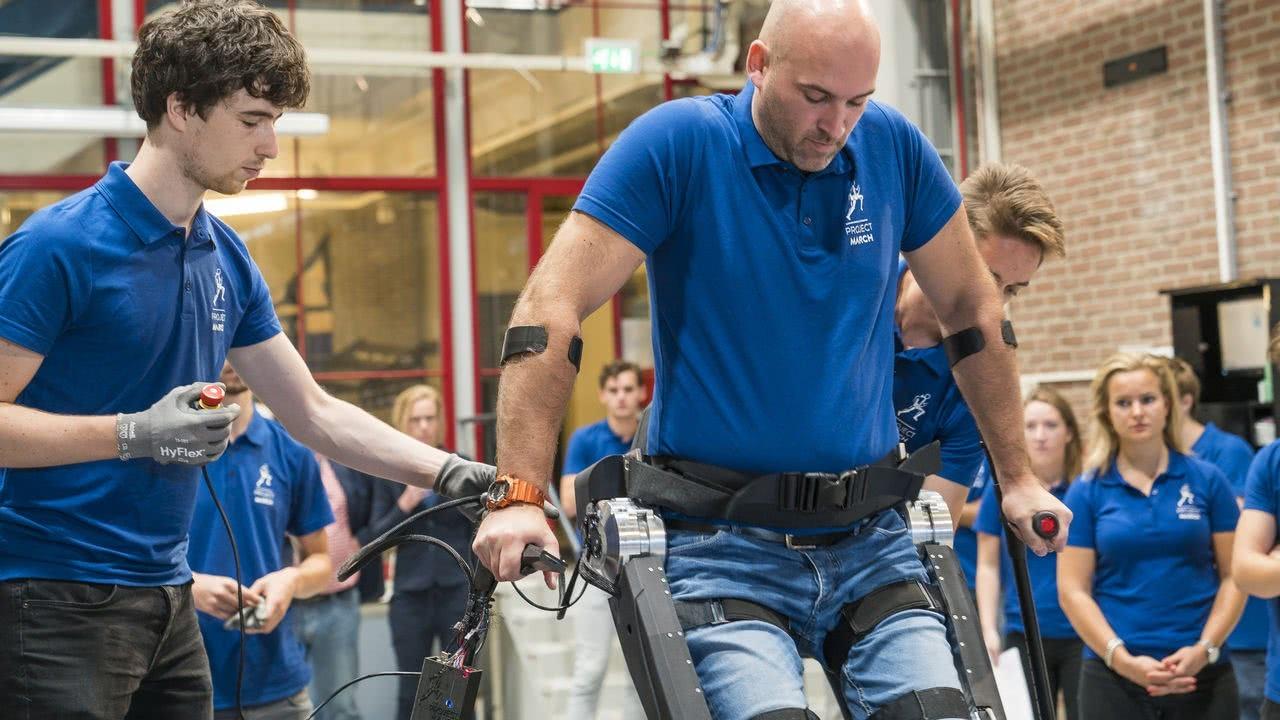 Studenten TU Delft zetten eerste stappen met nieuw exoskelet voor dwarslaesiepatiënt