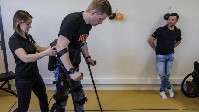 Revalideren van verlamming met exoskelet
