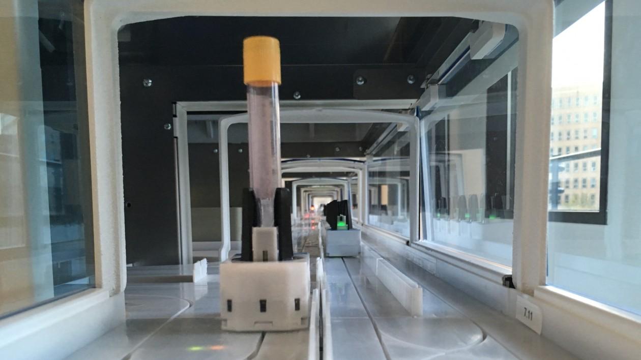 Volledig gerobotiseerde verwerking van bloedbuizen in het ziekenhuis; Total Lab Automation realiteit in het LUMC